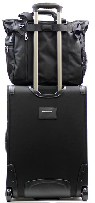 パスファインダーのバッグは、スーツケースやキャリーバッグにワンタッチでセットアップできます。
